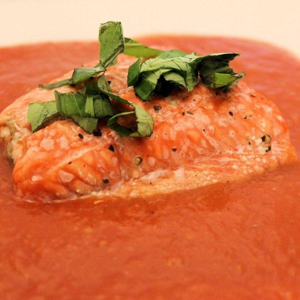 Łosoś z pomidorami